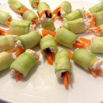 Мини-роллы из огурца с сыром и морковкой - рецепт с фото