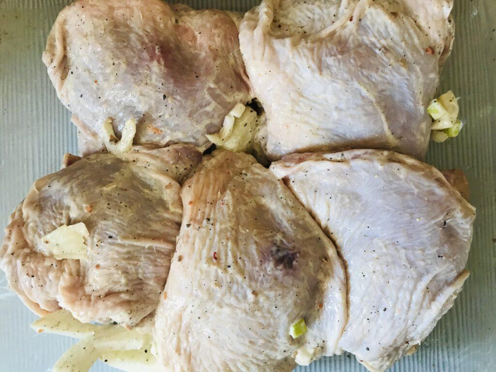Фото рецепта - Запеченные куриные бедра в духовке - шаг 4