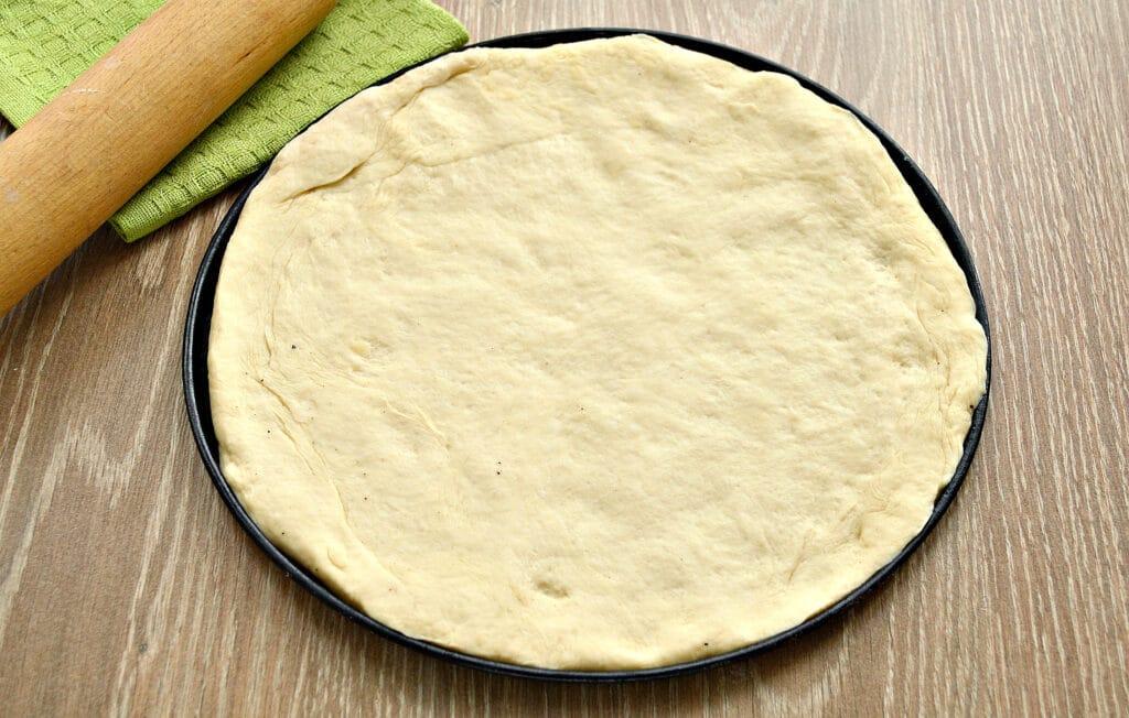 Фото рецепта - Пицца с колбасой и горошком - шаг 1