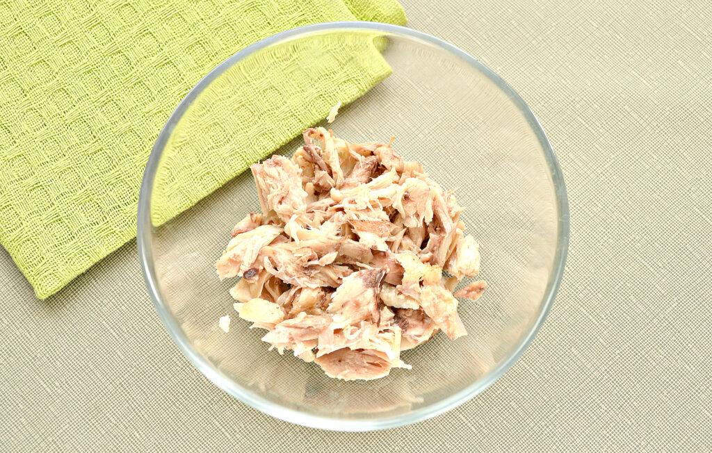 Фото рецепта - Слоеный салат с курицей и черносливом - шаг 1