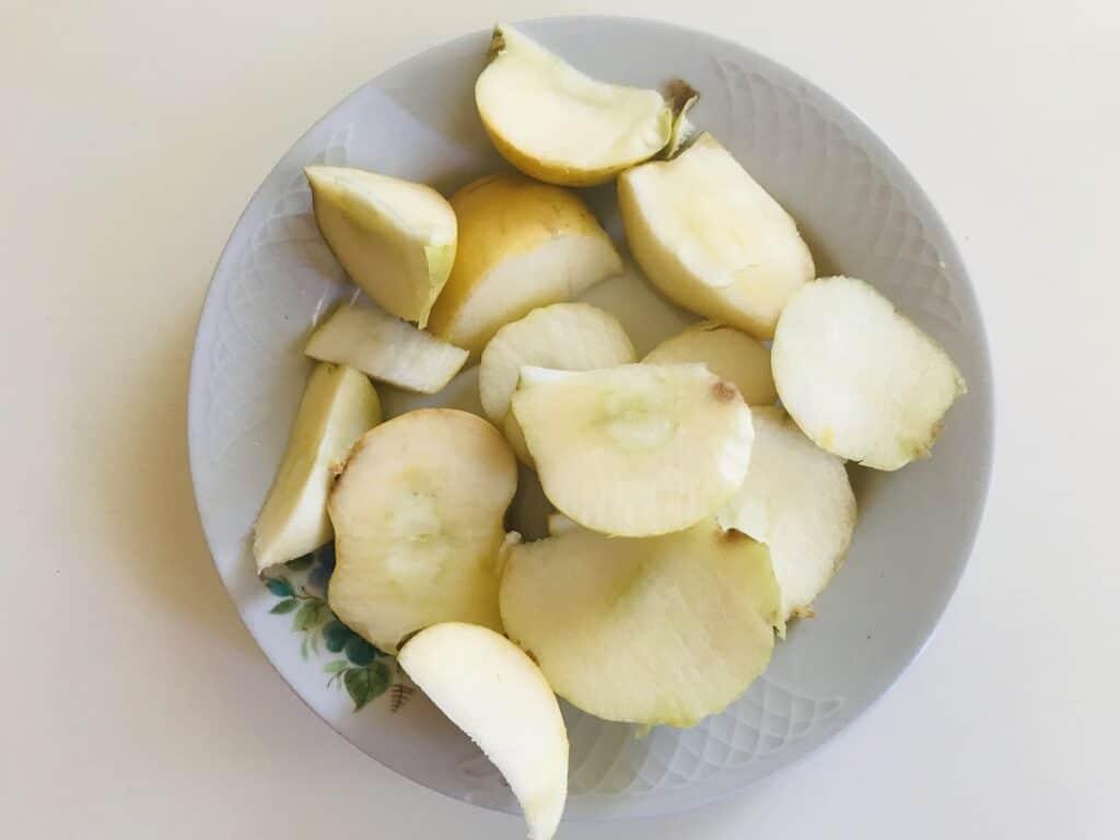 Фото рецепта - Компот из черного крыжовника, яблок и смородины - шаг 2