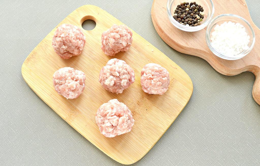 Фото рецепта - Гнезда с фрикадельками в сметанном соусе на сковороде - шаг 2
