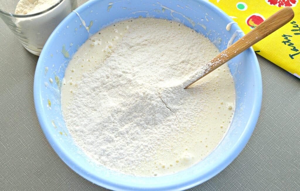 Фото рецепта - Шарлотка с замороженной смородиной - шаг 2