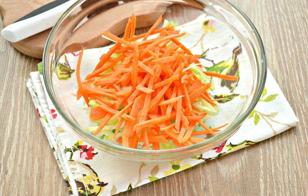 Фото рецепта - Салат из зеленой редьки и огурцов - шаг 2