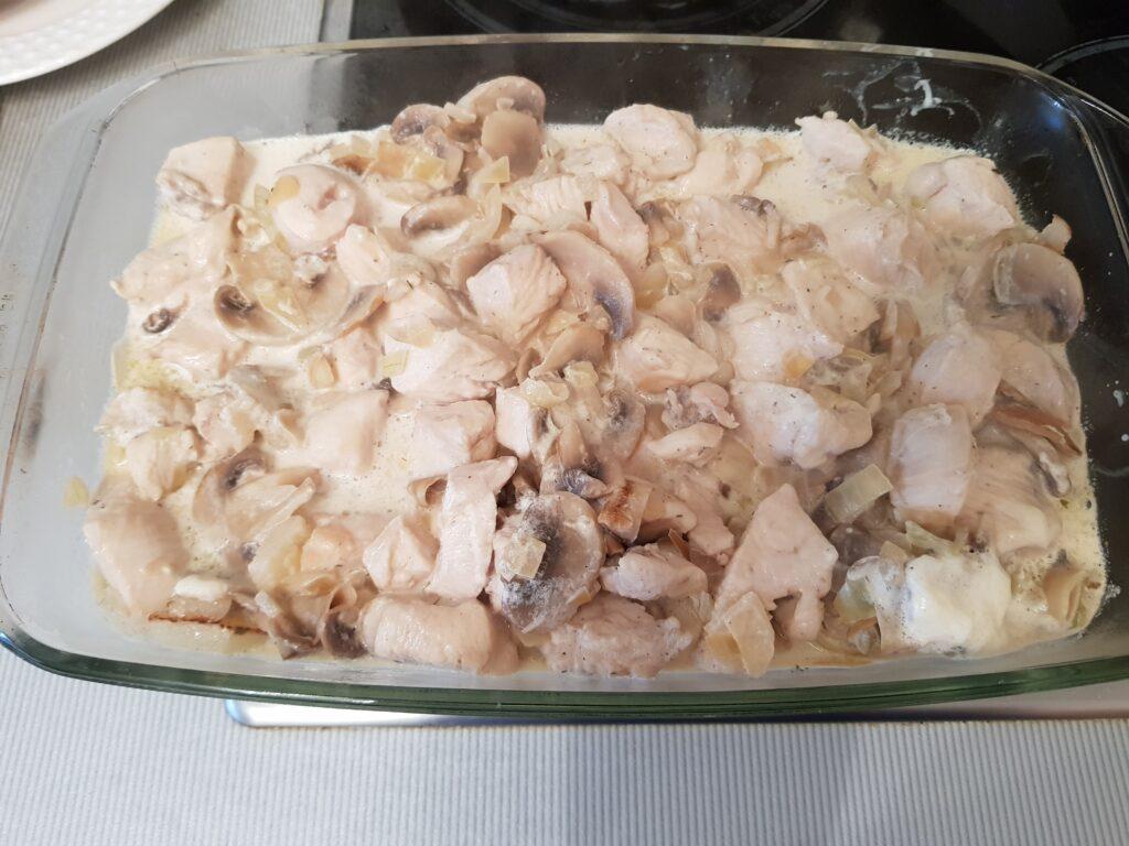 Фото рецепта - Картофель с шампиньонами и куриной грудкой в сливочном соусе - шаг 10