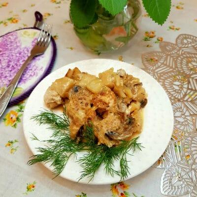 Картофель с шампиньонами и куриной грудкой в сливочном соусе - рецепт с фото