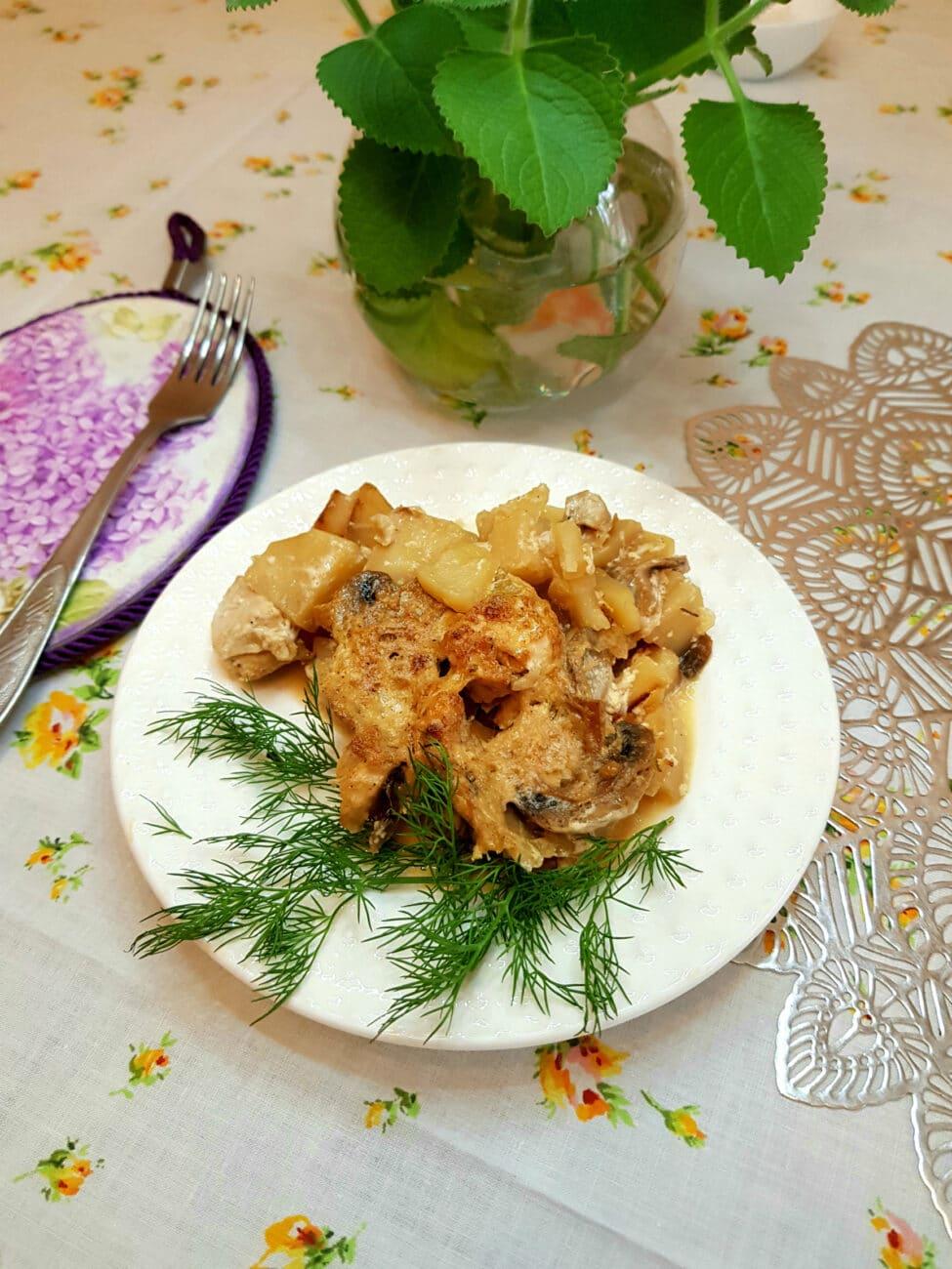 Картофель с шампиньонами и куриной грудкой в сливочном соусе