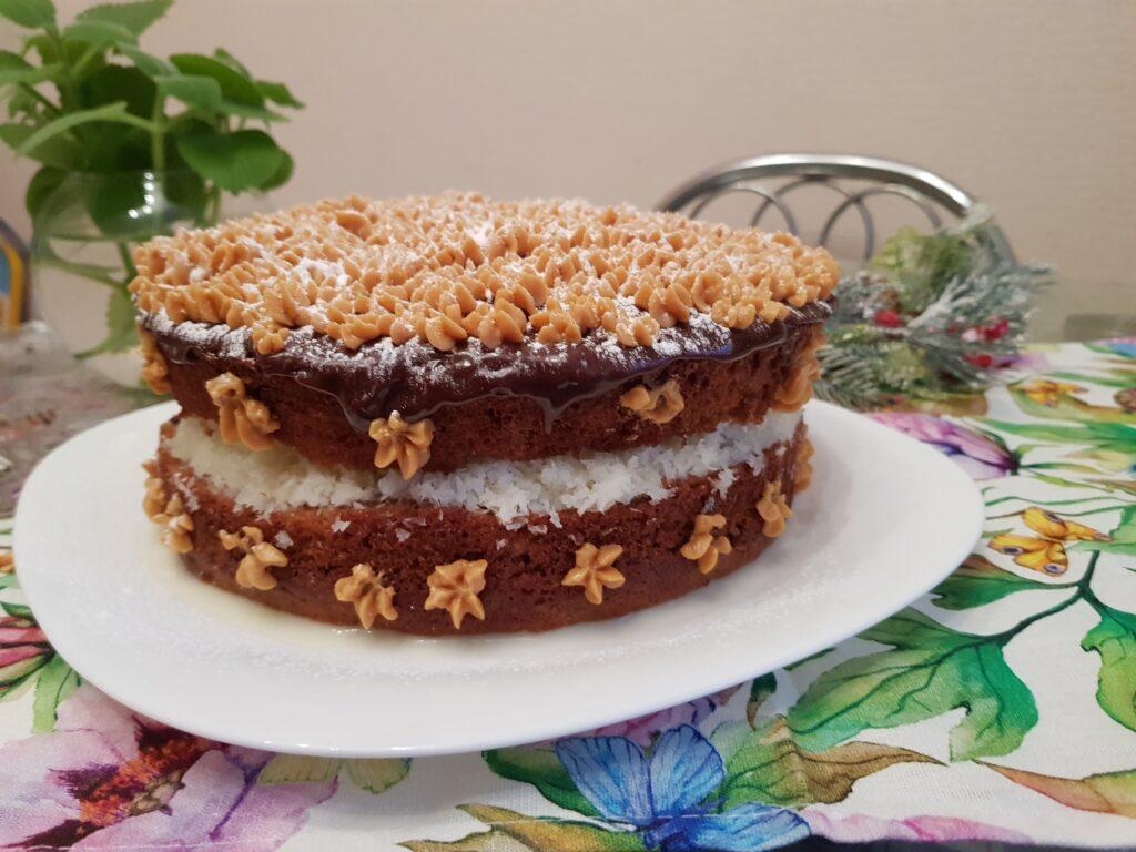 Фото рецепта - Пышный торт на кефире с кокосовой начинкой - шаг 17