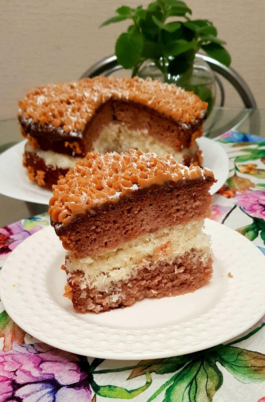 Пышный торт на кефире с кокосовой начинкой