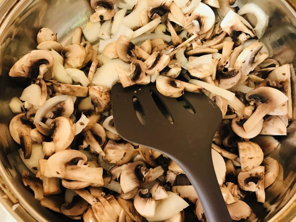 Фото рецепта - Картофельная запеканка с курицей и грибами - шаг 2