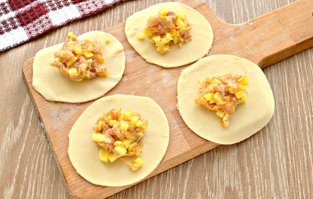 Фото рецепта - Вареники на пару с картофелем, тыквой и фаршем - шаг 3