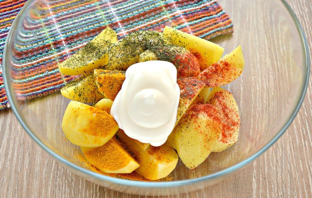 Фото рецепта - Запеченный в майонезе картофель в мультиварке - шаг 3