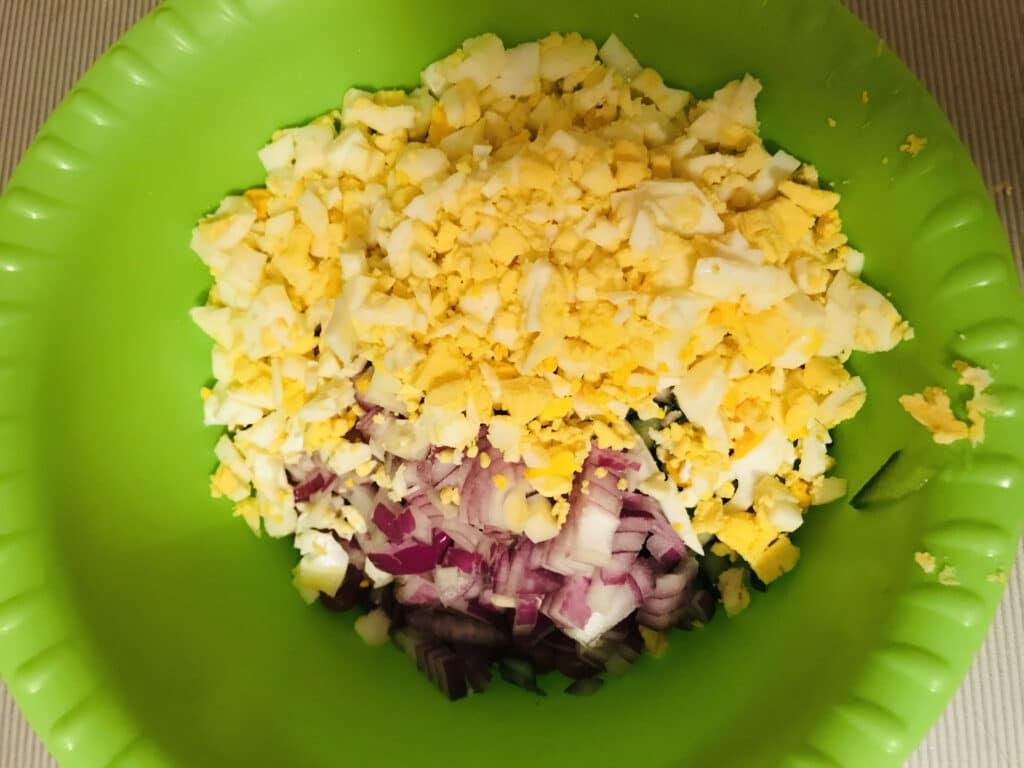 Фото рецепта - Салат из тунца с красной фасолью - шаг 3
