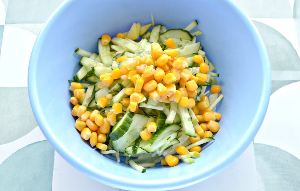 Фото рецепта - Салат из зеленой редьки с кукурузой - шаг 4