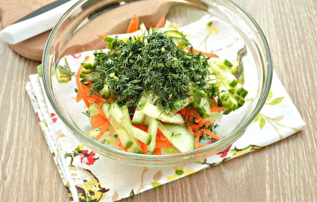 Фото рецепта - Салат из зеленой редьки и огурцов - шаг 4