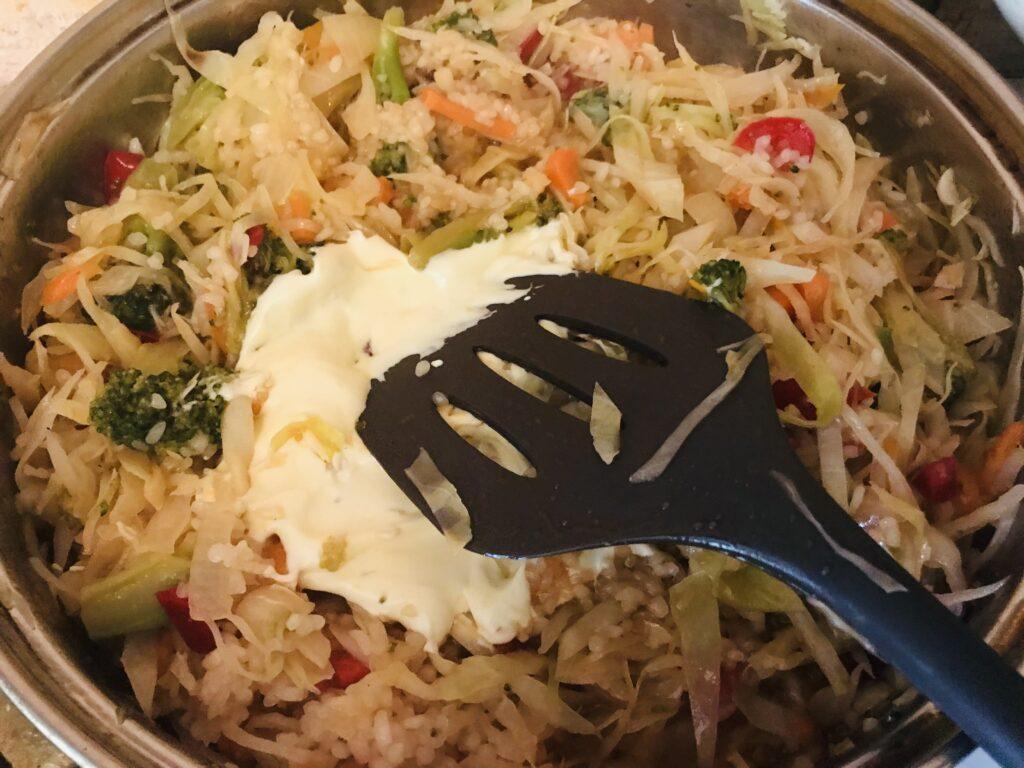 Фото рецепта - Тушеные овощи с рисом и сметаной - шаг 6