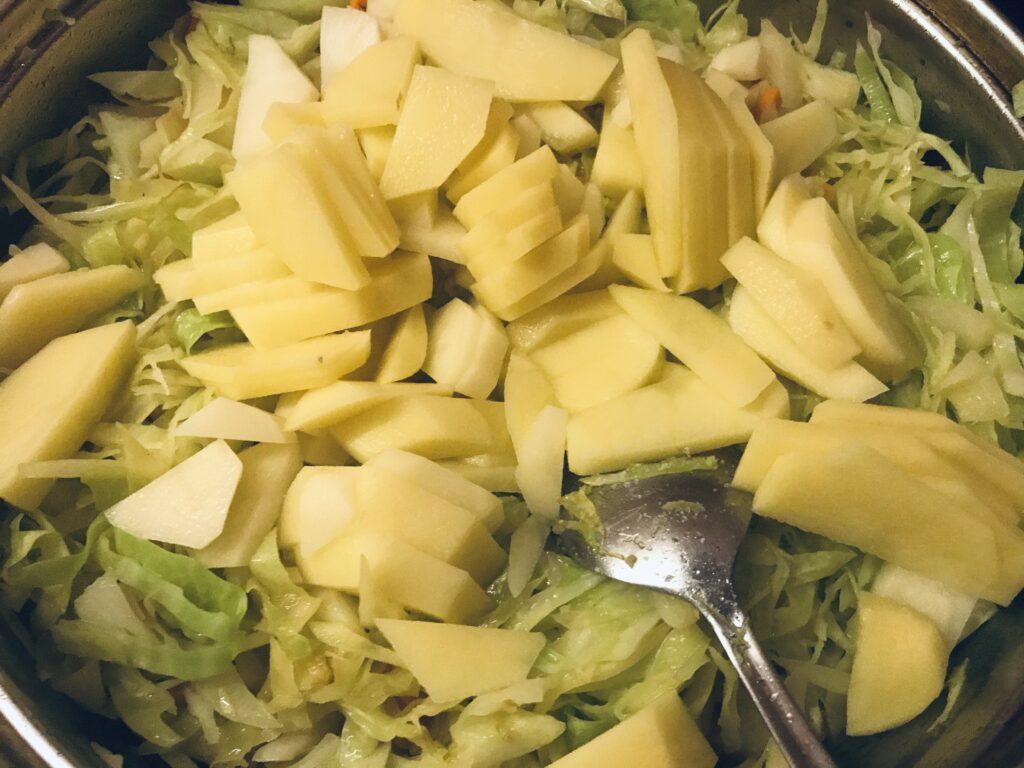 Фото рецепта - Постная тушеная капуста с картофелем - шаг 3