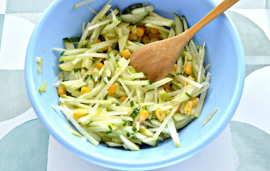 Фото рецепта - Салат из зеленой редьки с кукурузой - шаг 5