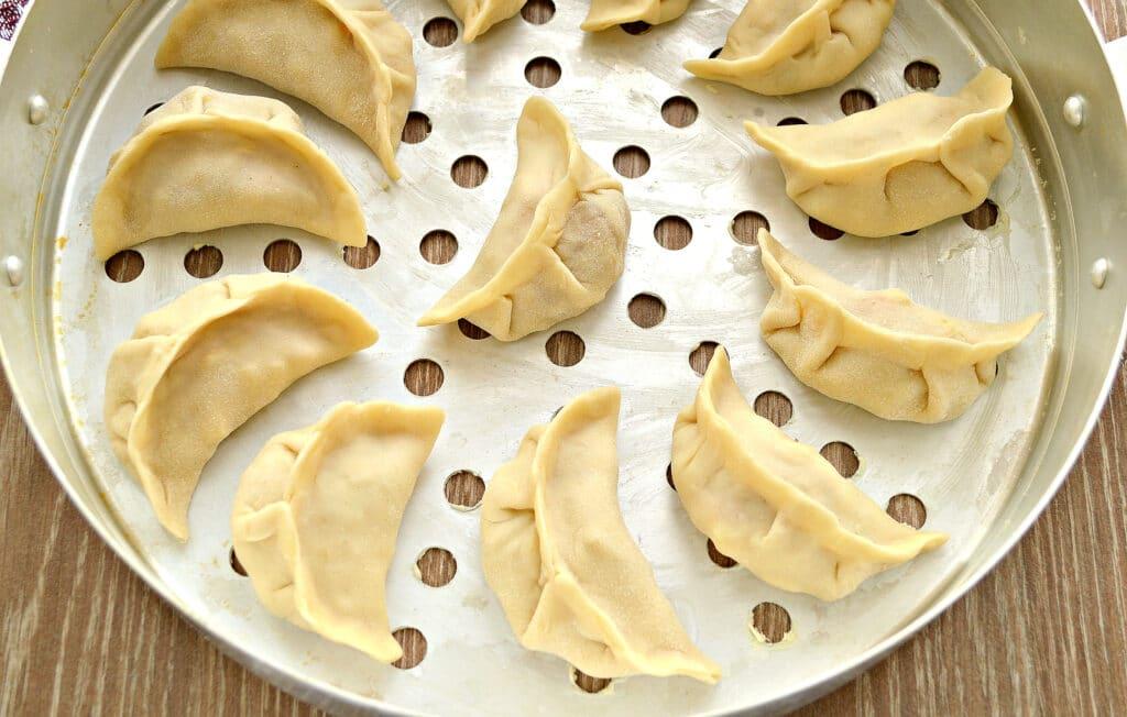 Фото рецепта - Вареники на пару с картофелем, тыквой и фаршем - шаг 5