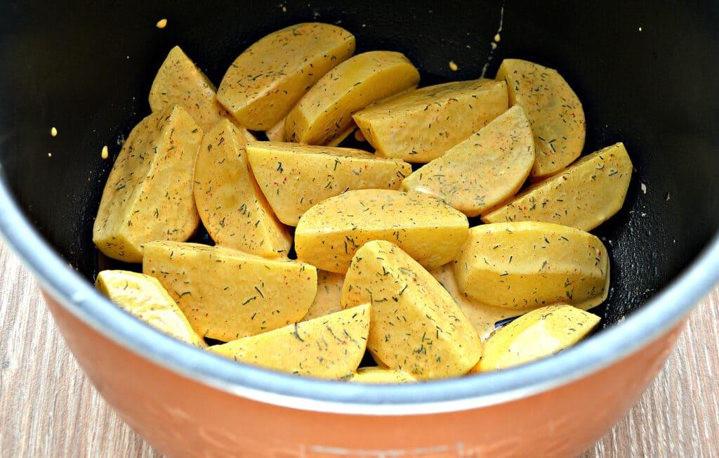 Фото рецепта - Запеченный в майонезе картофель в мультиварке - шаг 5