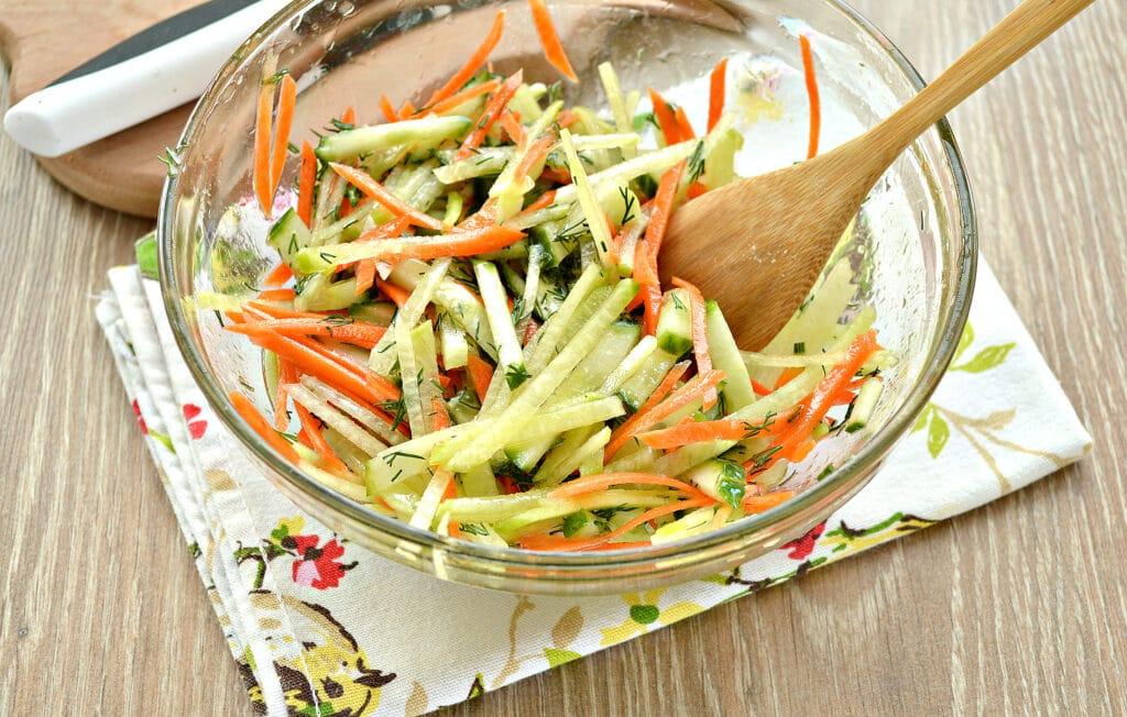 Фото рецепта - Салат из зеленой редьки и огурцов - шаг 5