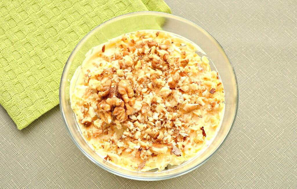 Фото рецепта - Слоеный салат с курицей и черносливом - шаг 5