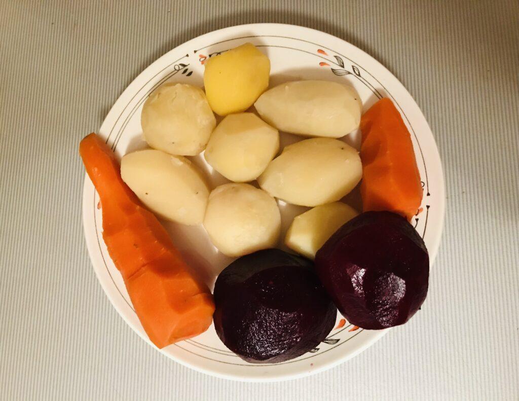 Фото рецепта - Винегрет с зеленым горошком - шаг 1