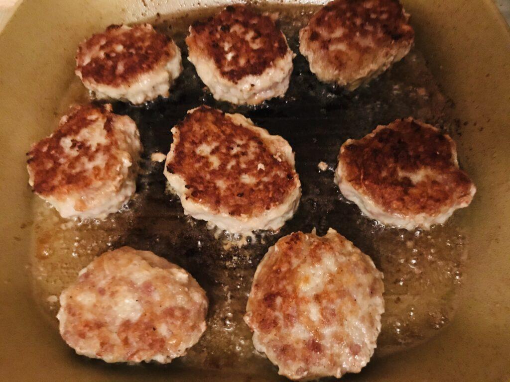 Фото рецепта - Котлеты из свиного фарша с батоном - шаг 6