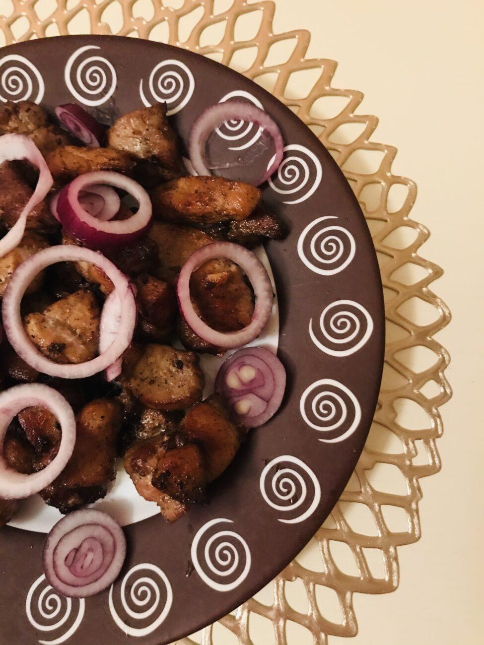 Жареная свинина на сковороде с соевым соусом