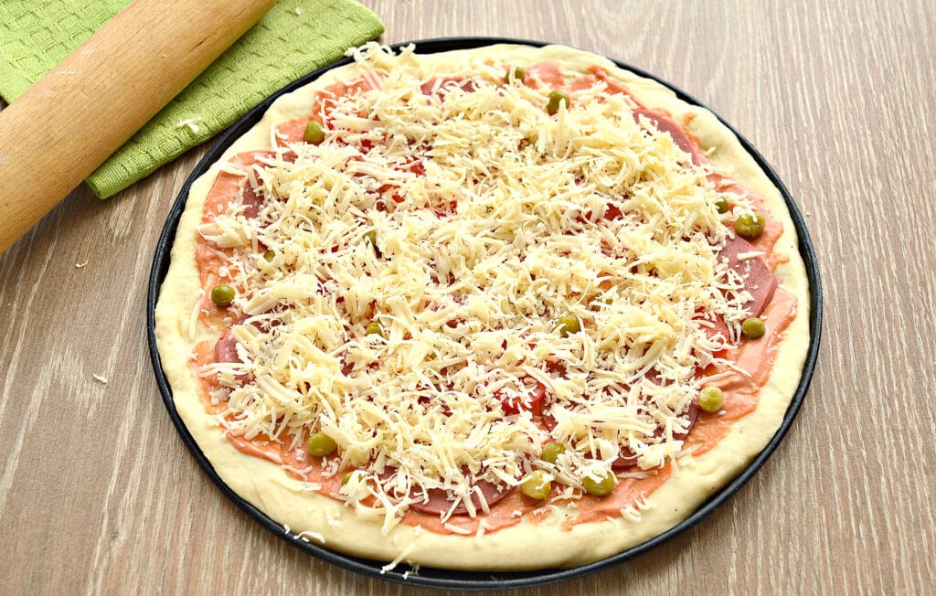 Фото рецепта - Пицца с колбасой и горошком - шаг 6