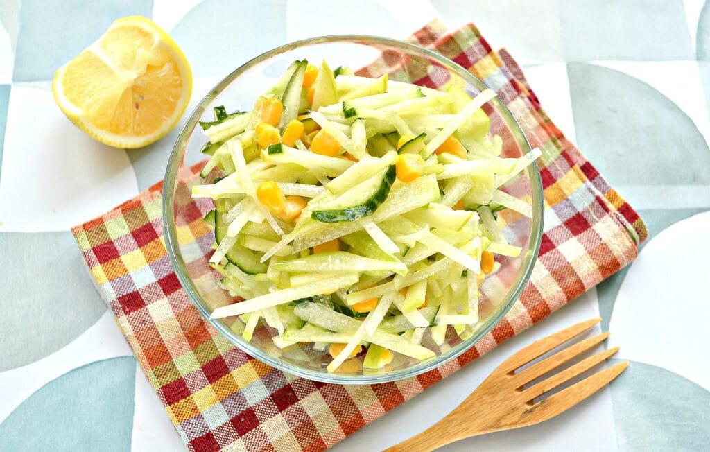 Фото рецепта - Салат из зеленой редьки с кукурузой - шаг 6