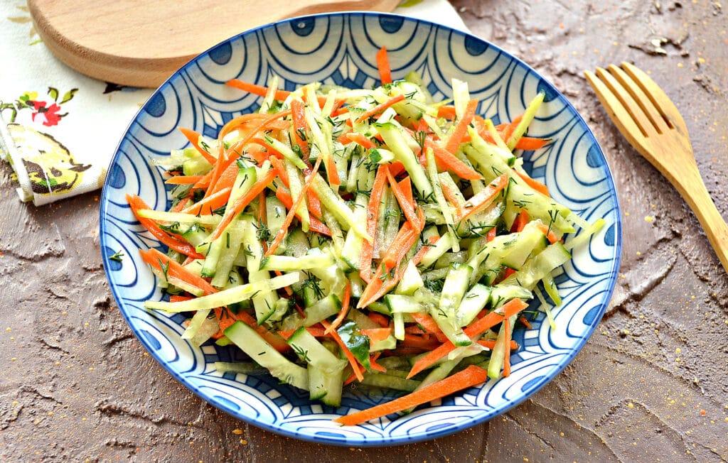 Фото рецепта - Салат из зеленой редьки и огурцов - шаг 6