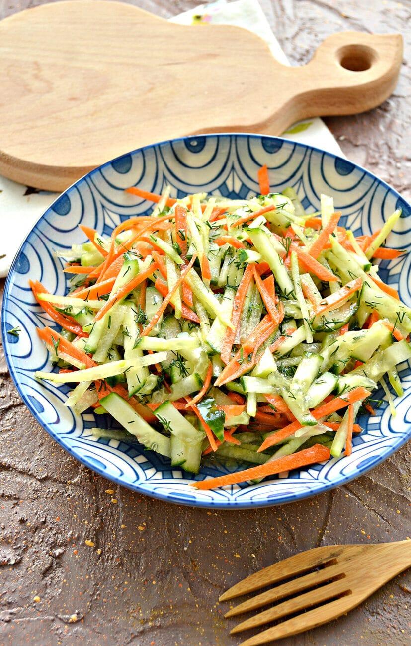Салат из зеленой редьки и огурцов