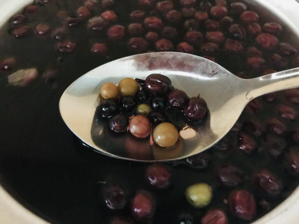 Фото рецепта - Компот из замороженной клубники и ягод - шаг 3