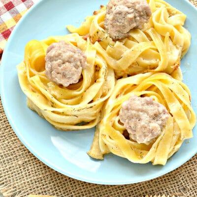 Гнезда с фрикадельками в сметанном соусе на сковороде - рецепт с фото