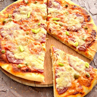 Пицца с колбасой и горошком - рецепт с фото