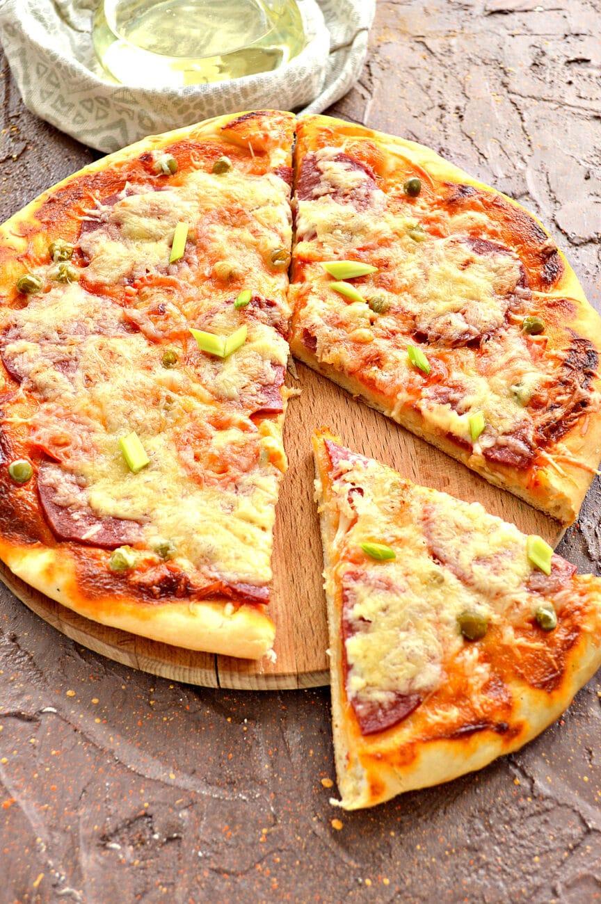Пицца с колбасой и горошком