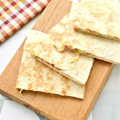 Тортилья с сыром и колбасой на сковороде - рецепт с фото