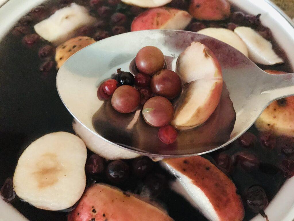 Фото рецепта - Компот фруктово-ягодное ассорти - шаг 3