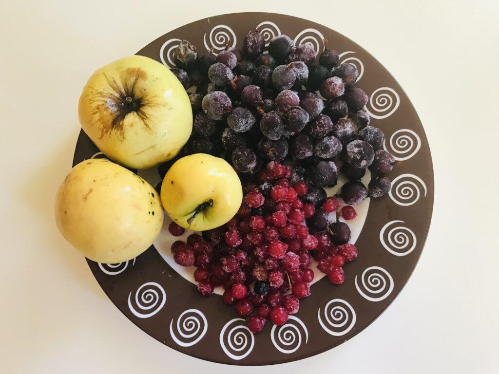 Фото рецепта - Компот из черного крыжовника, яблок и смородины - шаг 1