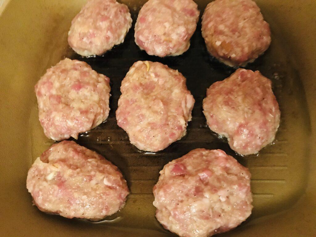 Фото рецепта - Котлеты из свиного фарша с батоном - шаг 5