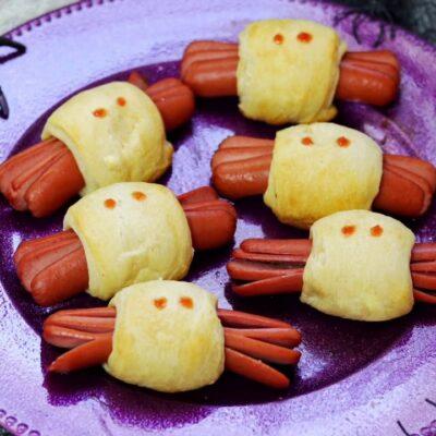 Булочка с сосиской (паучок) - рецепт с фото