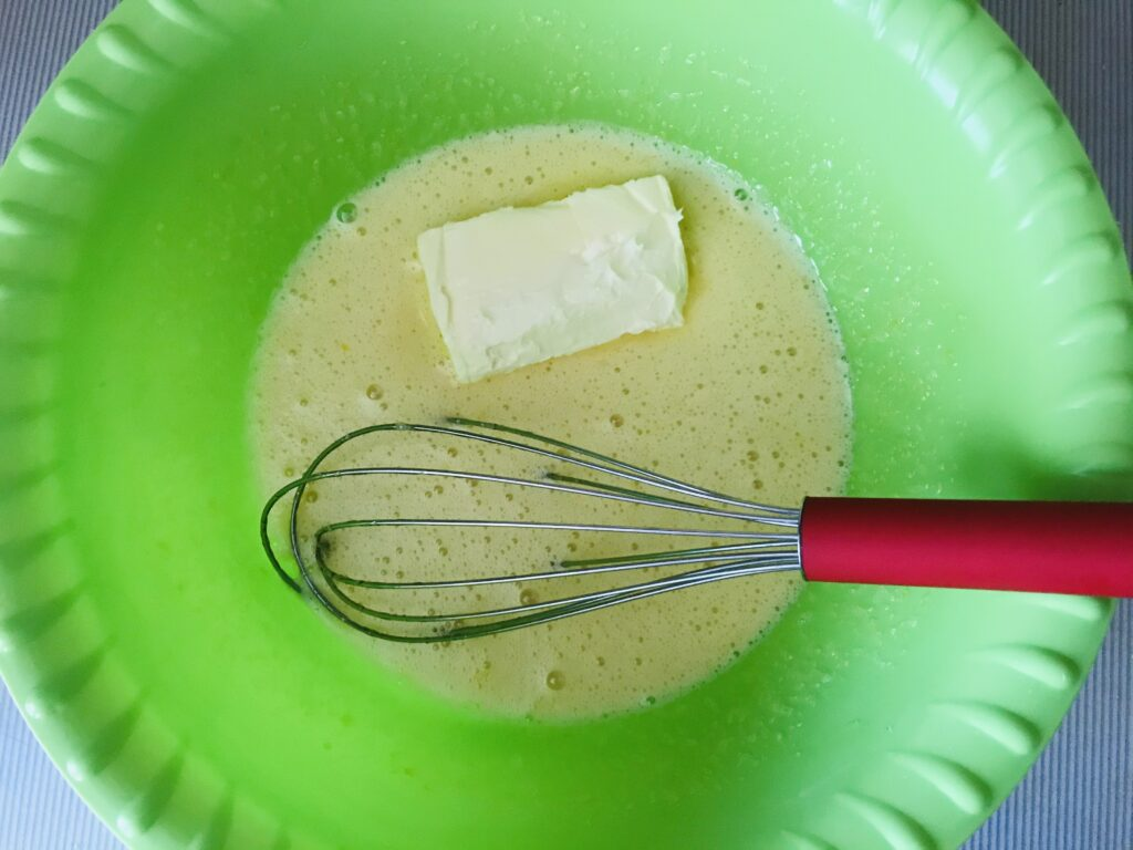 Фото рецепта - Мандариновый кекс с орехами в мультиварке - шаг 2