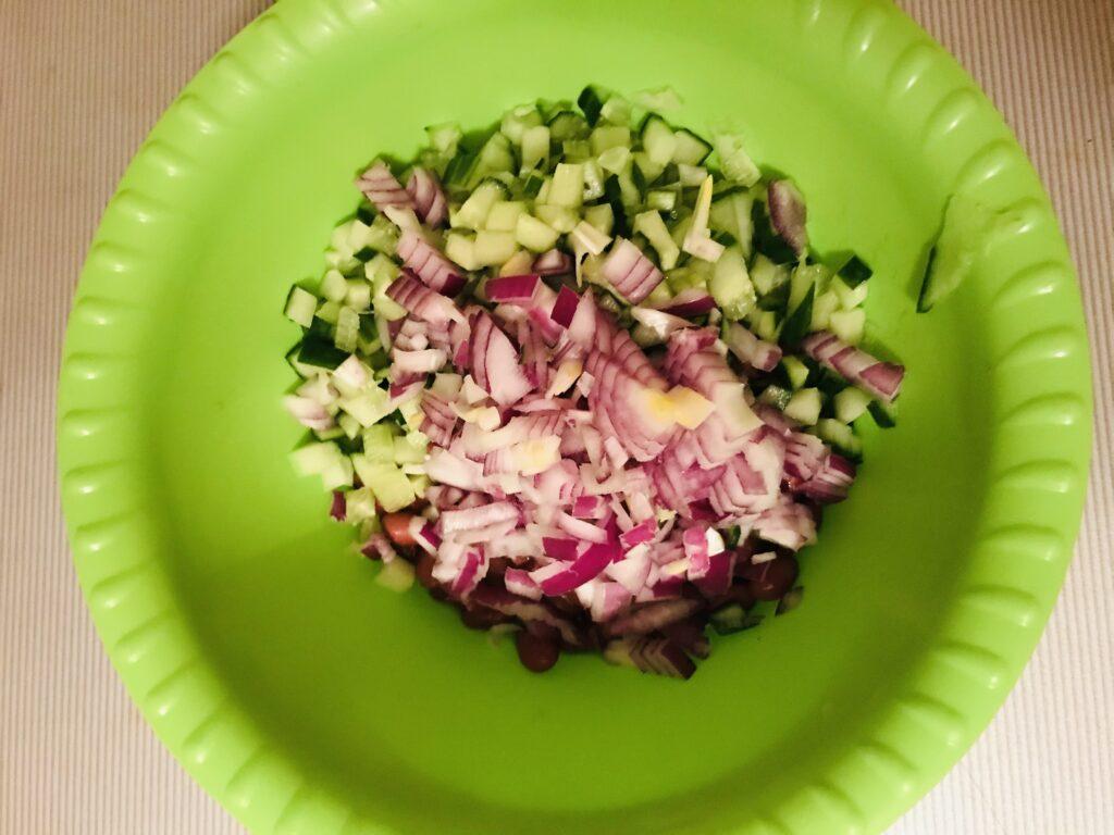 Фото рецепта - Салат из тунца с красной фасолью - шаг 2