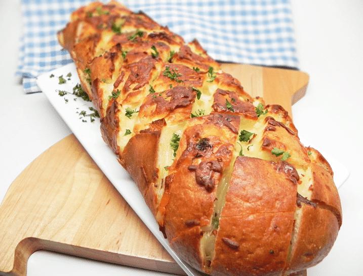 Запеченный хлеб с сыром и чесноком