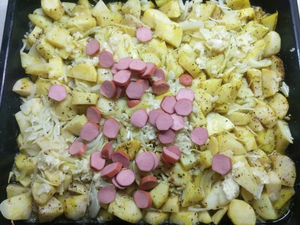 Фото рецепта - Картофель, запеченный с сосисками - шаг 4
