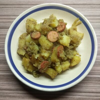Картофель, запеченный с сосисками - рецепт с фото