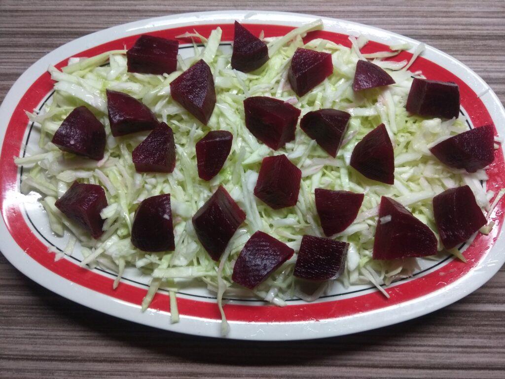 Фото рецепта - Салат со свеклой, яйцами и помидорами под горчичной заправкой - шаг 2