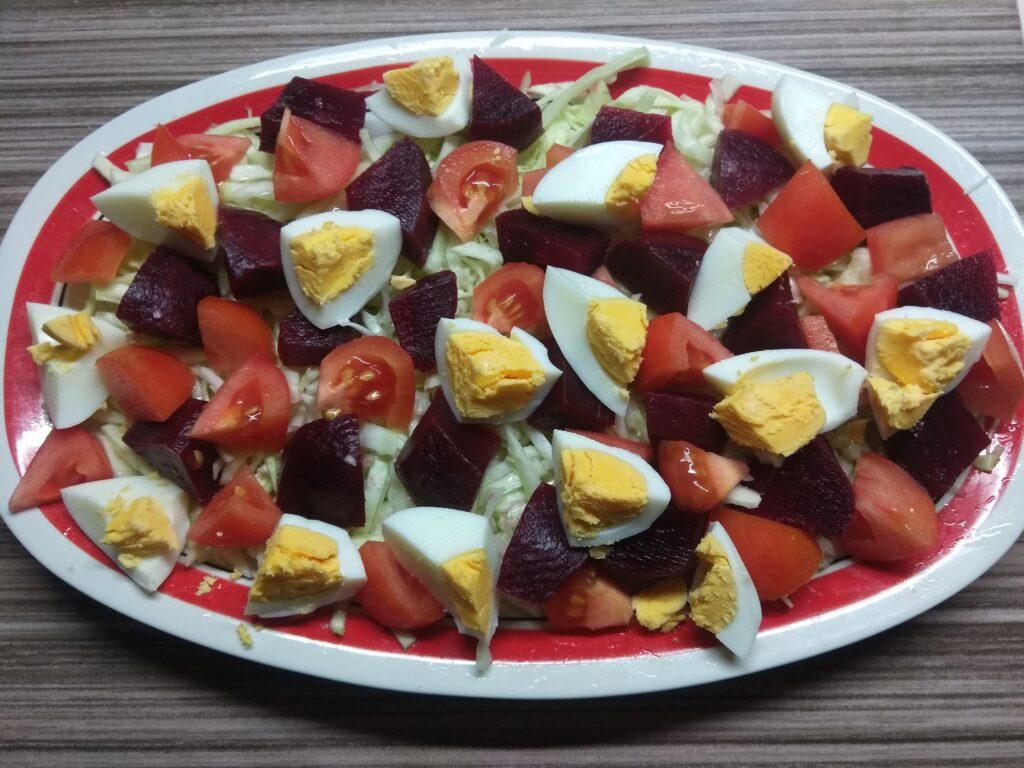 Фото рецепта - Салат со свеклой, яйцами и помидорами под горчичной заправкой - шаг 4