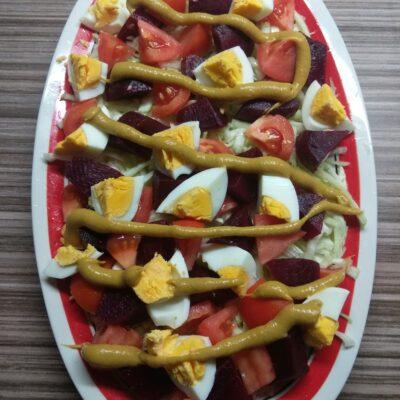 Салат со свеклой, яйцами и помидорами под горчичной заправкой - рецепт с фото